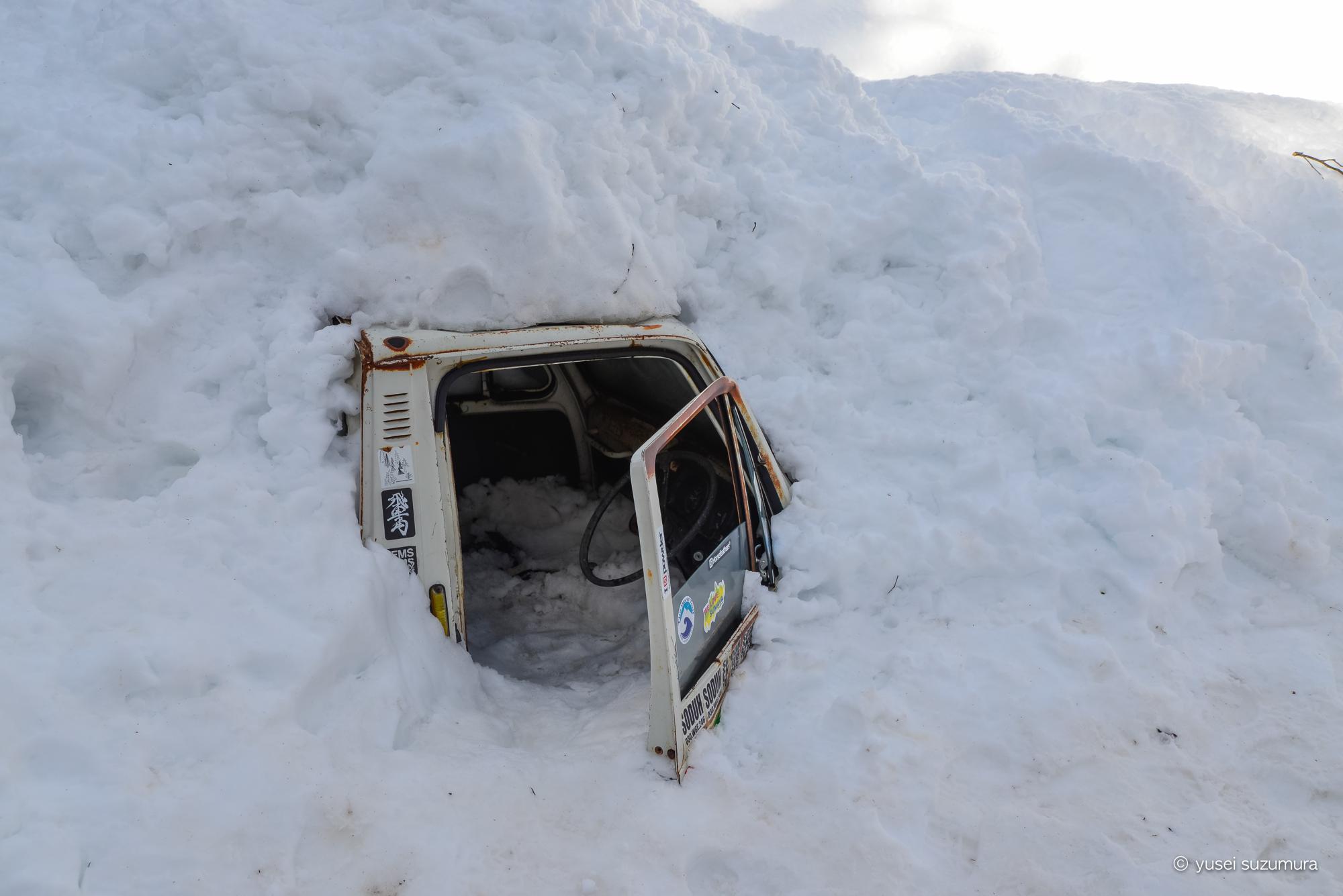トラック 雪に埋もれている