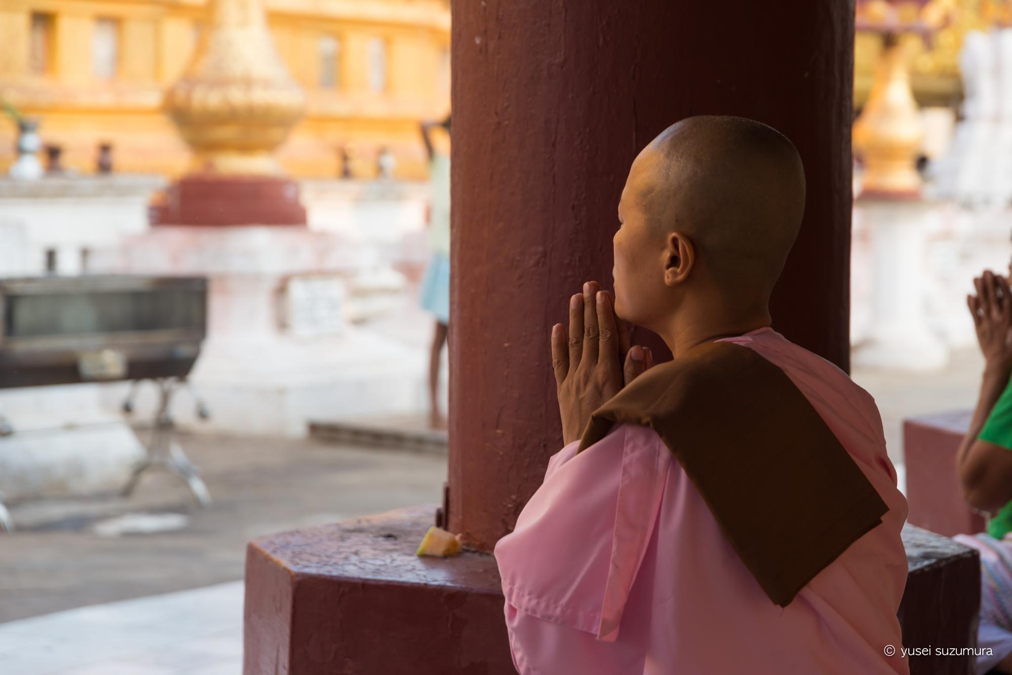 ミャンマー 祈る女性僧侶