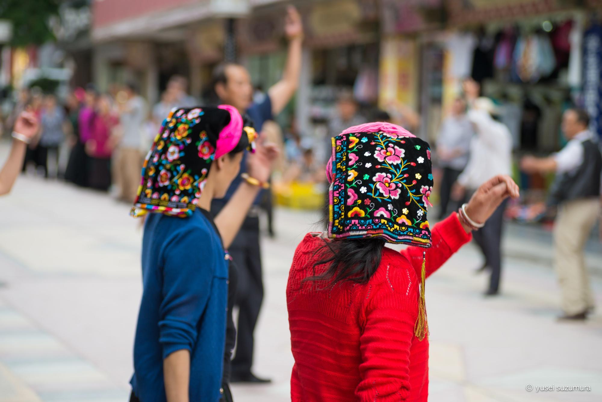 丹巴 ダンス チベット族 後ろ姿