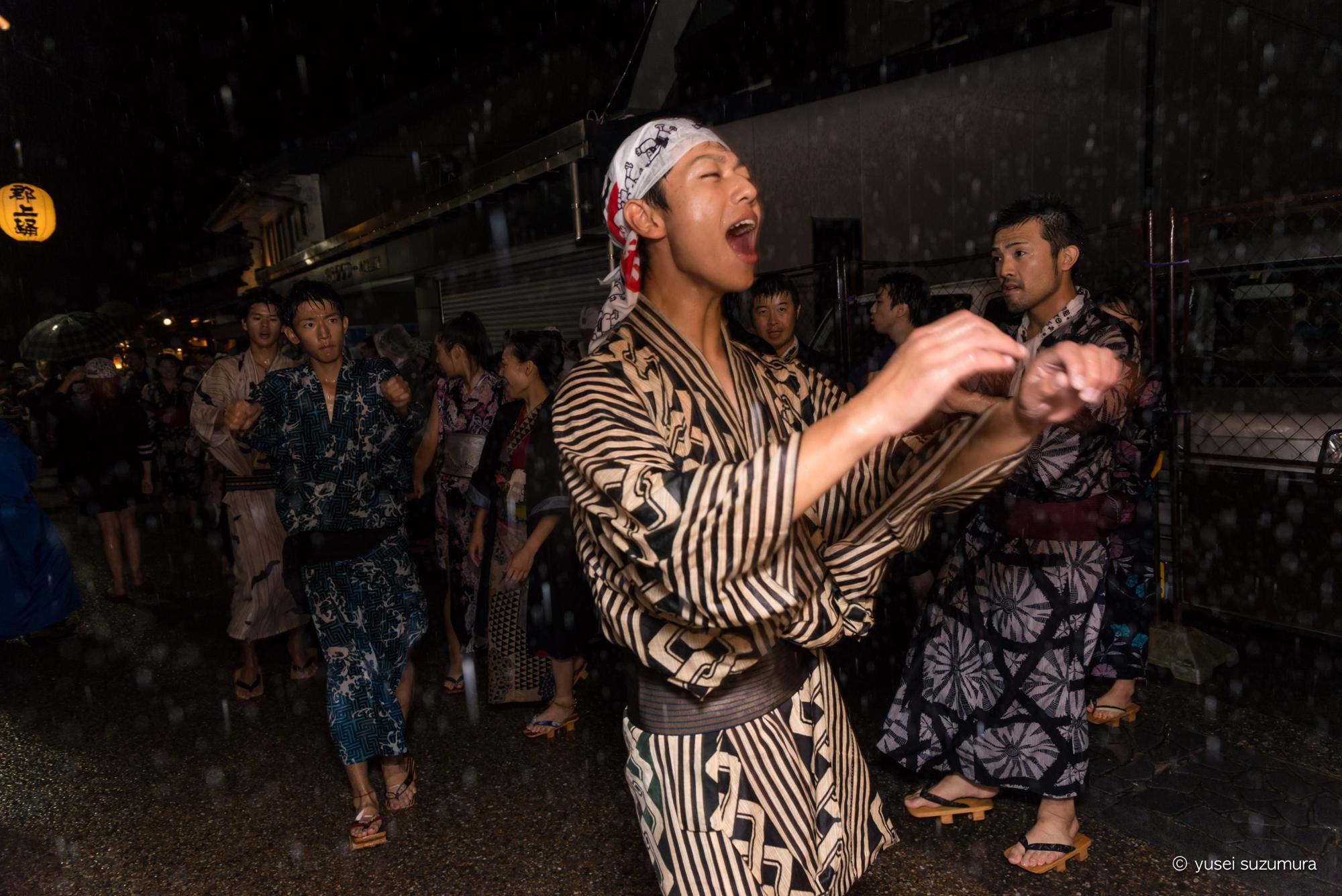 徹夜踊り 雨