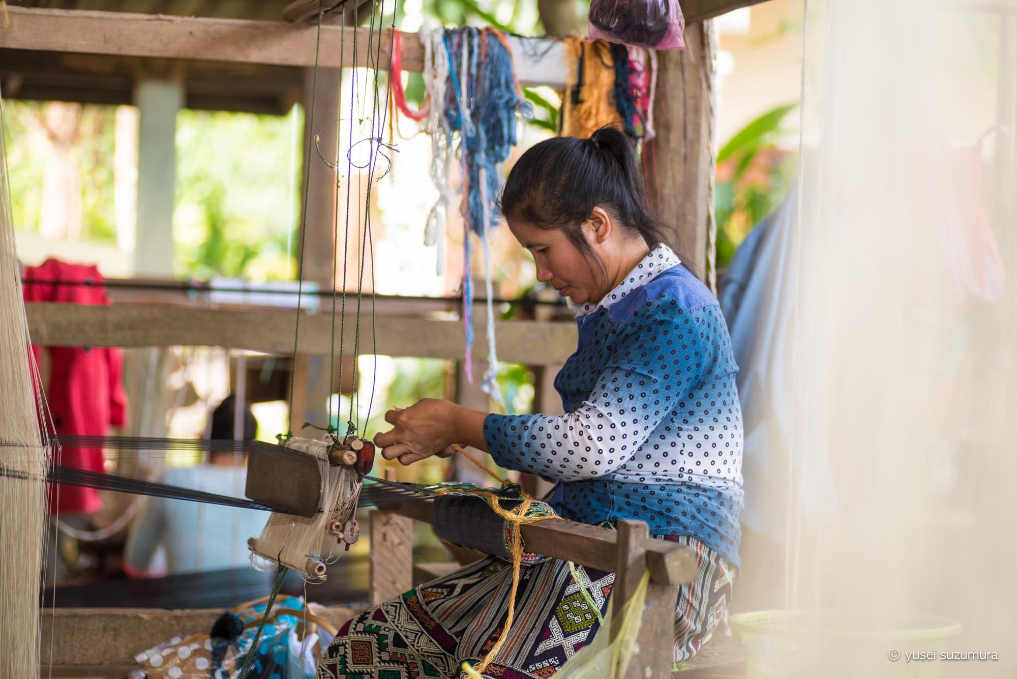 ラオス 女性 織物