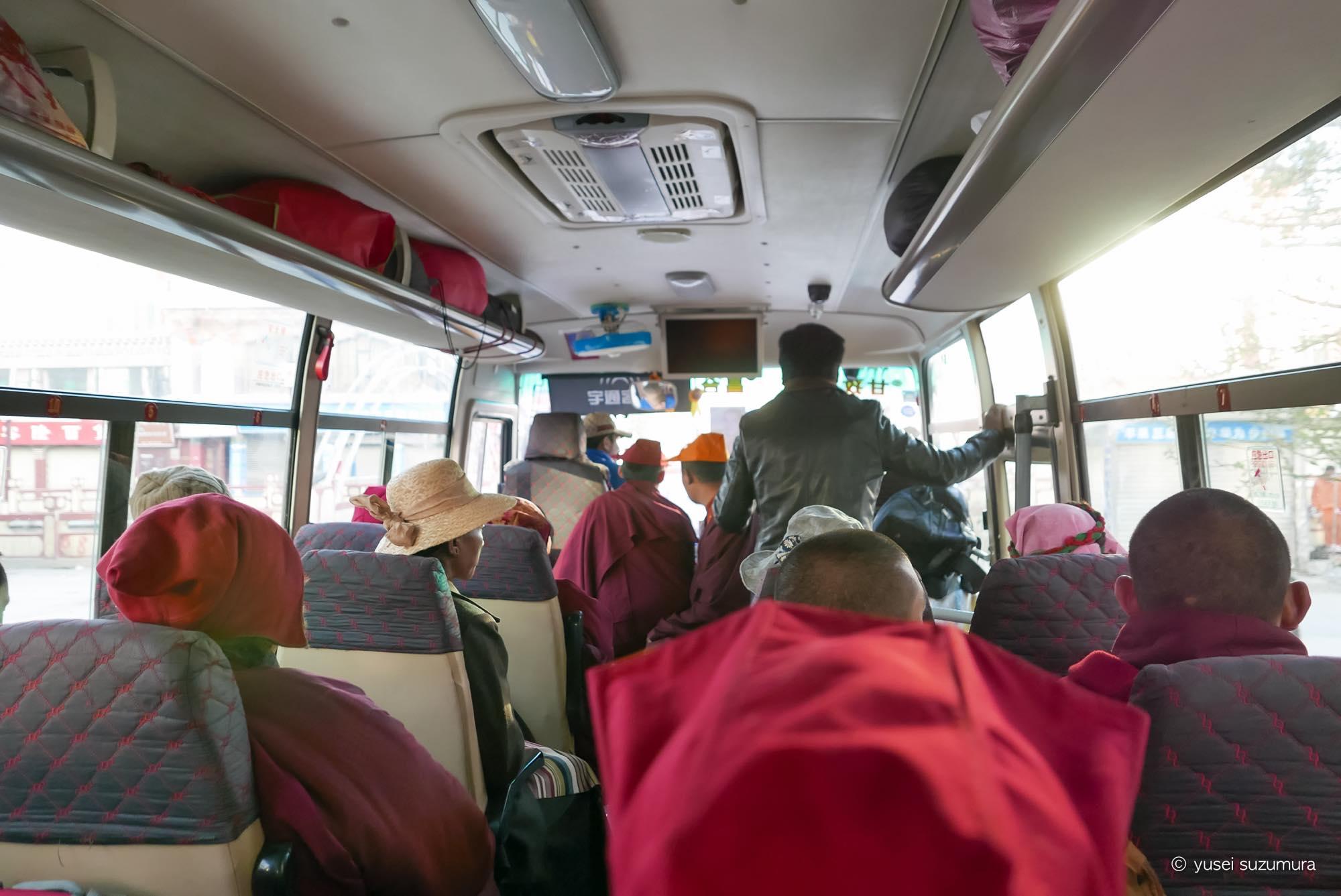 アチェンガルゴンパ行きのバス 車内 尼