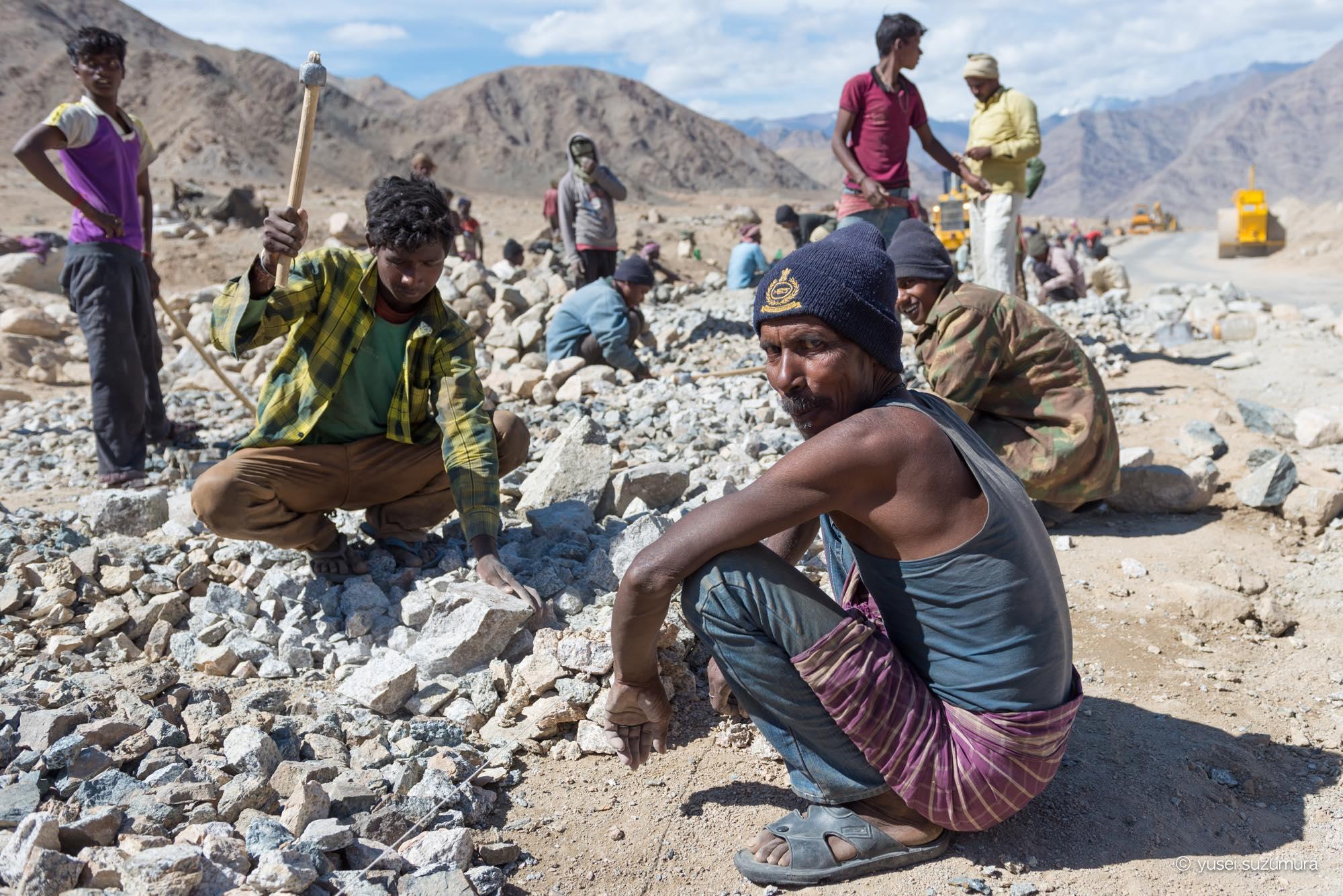 ラダック 工事現場で働く男たち