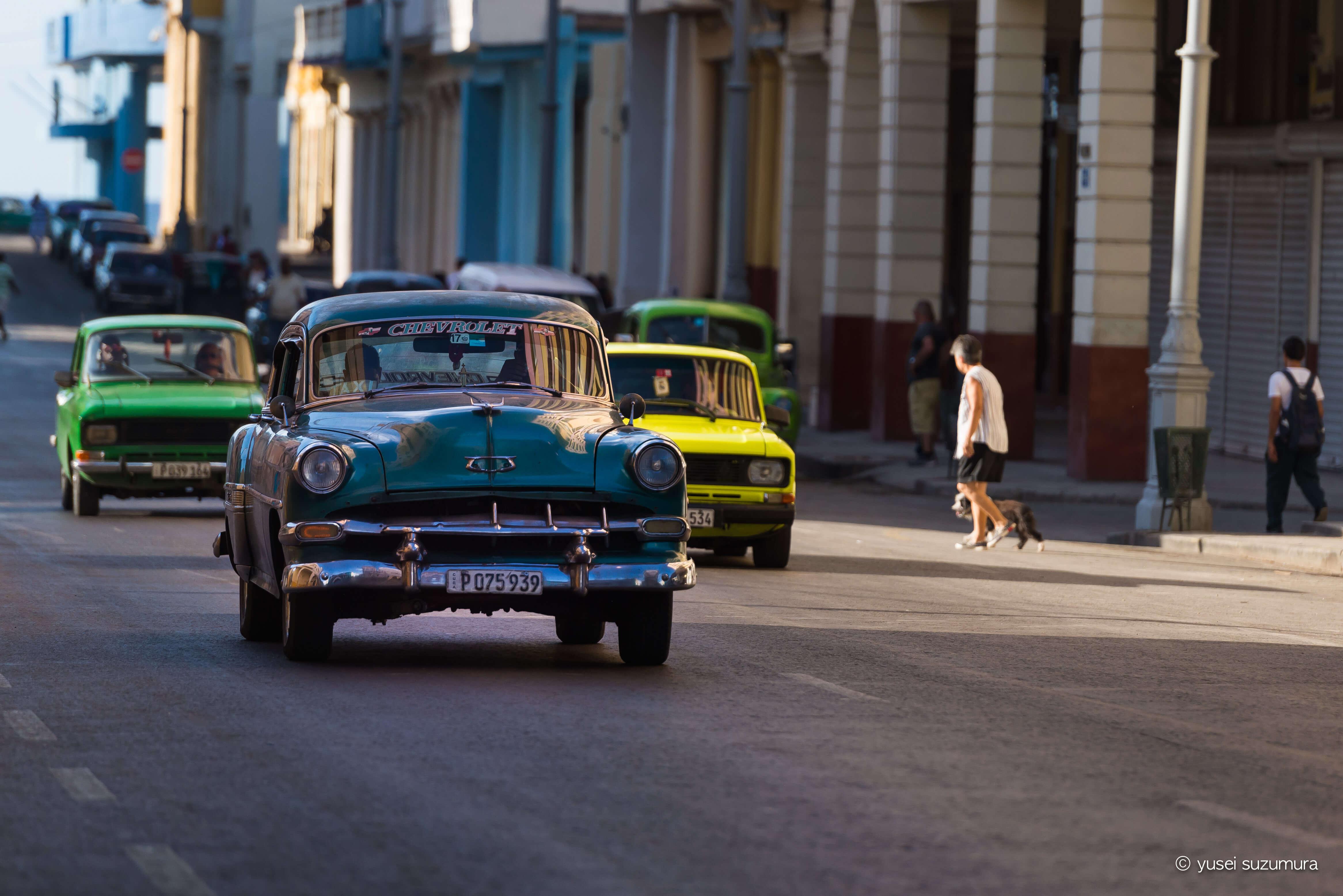 ハバナ観光。クラシックカーと渋い街並み。